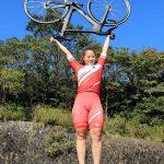 自転車・小林優香>自転車を掲げポーズを決める小林優香