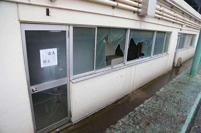 ガラスが飛び散ったままの熊本競輪場の施設