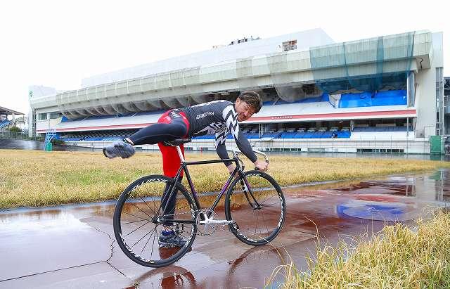 熊本競輪場のスタンドを前に自転車に乗る中川誠一郎