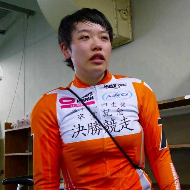 卒業記念レース女子決勝で3着に敗れ涙を流す佐藤水菜(神奈川)。